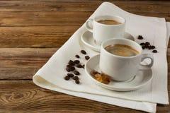 Kaffeetassen auf Leinenserviette Stockbilder