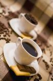 Kaffeetassen auf Tabelle Lizenzfreies Stockbild