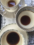 Kaffeetassen auf Tabelle Stockfoto