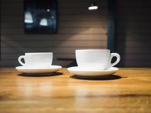 Kaffeetassen auf Tabellen-Shopcafé Restaurant-Innenraum Stockfotos