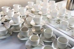 Kaffeetassen ausgerichtet in der Cafeteria oder im Kaffeehaus stockfotografie