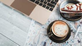 Kaffeetassen, Notizbücher, Flächenkuchen und Karten Lizenzfreie Stockfotografie