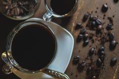 Kaffeetassen und Bohnen stockfotos