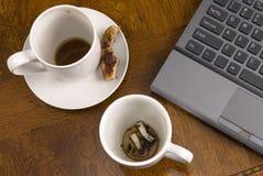 Kaffeetassen und Druck mit Laptop Lizenzfreies Stockfoto