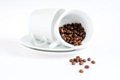 Kaffeetassen und Kaffeebohnen stockbilder