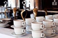 Kaffeetassen und Kaffeemaschinen Stockbild