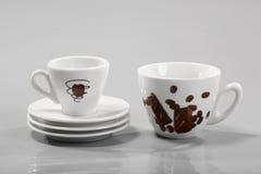 Kaffeetassen und Saucers Stockfotos