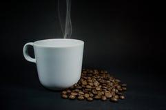 Kaffeetasseweiß mit Rauche Stockfotos