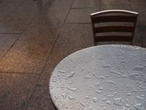 Kaffeetisch für einen im Regen Lizenzfreie Stockfotografie