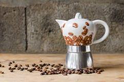 Kaffeetopf auf rustikalem Hintergrund Lizenzfreies Stockfoto