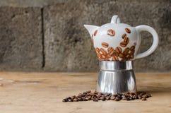 Kaffeetopf auf rustikalem Hintergrund Stockfoto