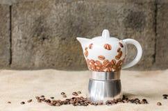 Kaffeetopf auf rustikalem Hintergrund Lizenzfreie Stockfotos