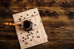 Kaffeetopf mit Kaffee und Bohnen Stockfoto