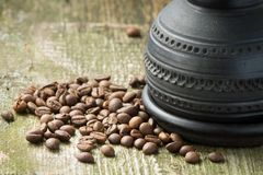 Kaffeetopf und -bohnen auf altem hölzernem Hintergrund Stockbilder