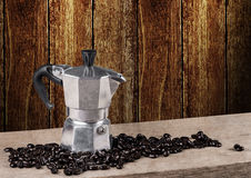 Kaffeetopfstillleben auf Holztisch mit hölzerner Wand Stockbild