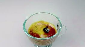 Kaffeetropfen, der der Zeitlupe innerhalb der trasparent Schale italienischen Kaffees des Espressos mit Schaum auf Hintergrund de stock video