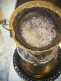 Kaffeetropfenfänger Kaffeesatz mit Filter und Wasser stockfoto