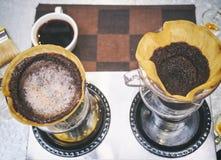 Kaffeetropfenfänger Kaffeesatz mit Filter und Wasser lizenzfreie stockfotografie