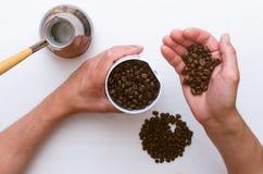 Kaffeevorbereitung Kaffeebohnen und Kaffeemühle lizenzfreies stockfoto