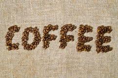Kaffeewort gebildet von den Kaffeebohnen Stockbild