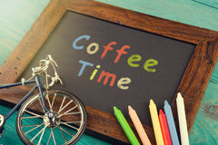 Kaffeezeit geschrieben herein auf schwarze Tafel Stockbilder