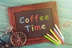 Kaffeezeit geschrieben herein auf schwarze Tafel Lizenzfreie Stockfotografie