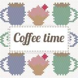 Kaffeezeitbeschriftung mit kleinem Kuchen und Kaffee, Nachahmung des Kreuzes Lizenzfreie Stockfotos