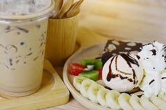 Kaffeezeitnachtische mit Eiscreme auf hölzernem Tabellenhintergrund Lizenzfreies Stockbild