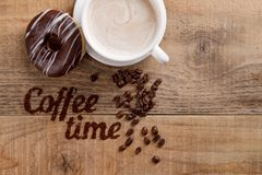 Kaffeezusammensetzung mit Schale und Donut Stockfotos