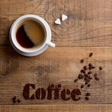 Kaffeezusammensetzung mit Schale und Kaffeebohnen Lizenzfreies Stockbild