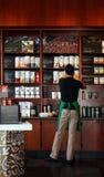 kaffeflickahyllor shoppar strumpan royaltyfri bild