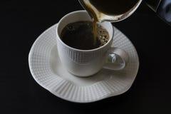 kaffefyllning i en kopp arkivfoto