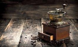 Kaffegrinder med kaffebönor Arkivfoton