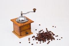 Kaffegrinder med kaffebönor Arkivbilder