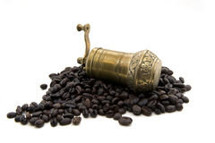 Kaffegrinder och kaffebönor Royaltyfria Bilder