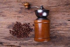 Kaffegrinder och kaffebönor Arkivbild