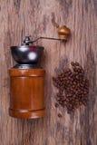 Kaffegrinder och kaffebönor Arkivfoton