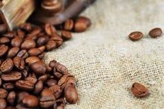 Kaffegrinder och kopp Royaltyfri Bild