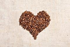 Kaffehjärta på burlap Royaltyfri Bild