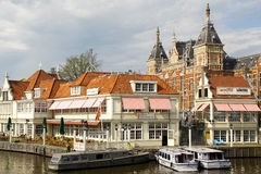 Kaffehus och centralstation Amsterdam Arkivbild
