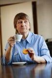 kaffekaka som har den höga kvinnan arkivbild