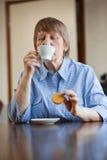 kaffekaka som har kvinnan royaltyfria bilder