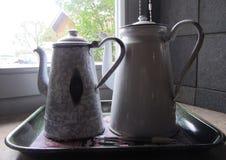 Kaffekanna av tenn Kruka för järn två Fotografering för Bildbyråer