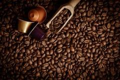 Kaffekapsel med kaffebönor Royaltyfri Foto
