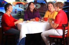 Kaffeklubba för äldre damtoalett arkivfoton