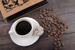 Kaffekopp, bönor och bok Royaltyfri Foto