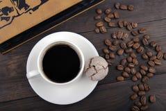 Kaffekopp, bönor och bok Royaltyfri Fotografi
