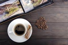 Kaffekopp, bönor och kanel Arkivfoto