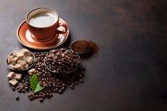 Kaffekopp, bönor och socker Arkivbilder