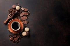 Kaffekopp, choklad och makron på det gamla köksbordet Arkivbilder